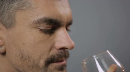 smell : Bearded man tasting good whiskey and inhaling aroma, close-up. Degustation Stock Footage