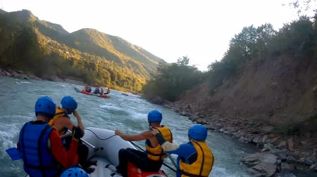 veslování : Teams paddling boats along wild mountain river, dangerous white water rafting