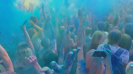 festivais : Crowd of excited young people jumping and spraying powder dye at Holi festival Vídeos