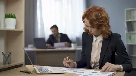 маркировка : Lady marking statistical diagrams on desk, contemplating results, annual report Стоковые видеозаписи