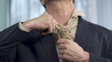 povinnost : Guy trying to take off death rope from his neck, binding commitment, powerless