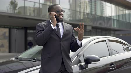 discutir : Successful employee talking on phone to boss, telling about business meeting Stock Footage
