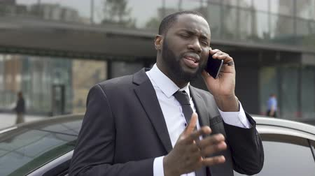 aborrecido : Afro-American diplomat negotiating by phone, defending his interests and opinion