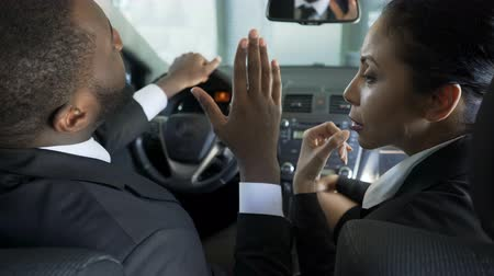 партнеры : Husband and wife actively discussing their problems quarreling, sitting in car Стоковые видеозаписи