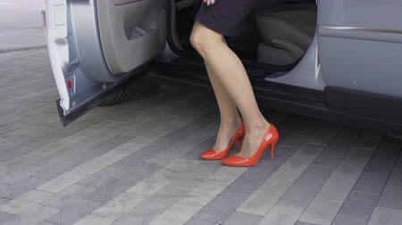 pięta : Pretty female in high-heeled shoes getting out of automobile, shopping time