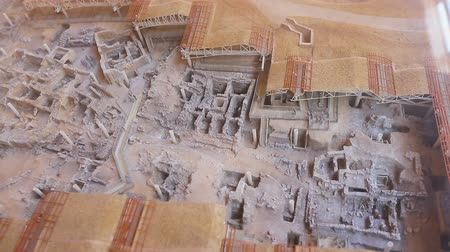 Санторини : Small model of excavated Akrotiri settlement put into glass showcase, sequence Стоковые видеозаписи
