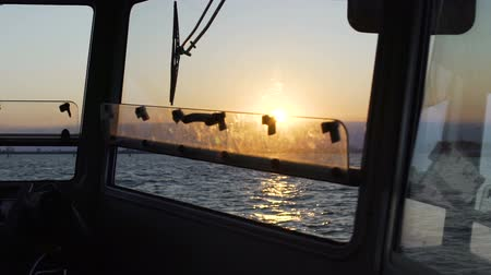 kapitán : Breathtaking sunset, endless sea view from captain bridge on motorboat, slow-mo Dostupné videozáznamy