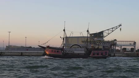 estaleiro : Retro style pirate ship moving along seashore, tourist transport, slow-motion