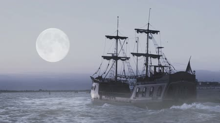 pirat : Ghost of legendary frigate sailing in sea at midnight in search for adventures Wideo
