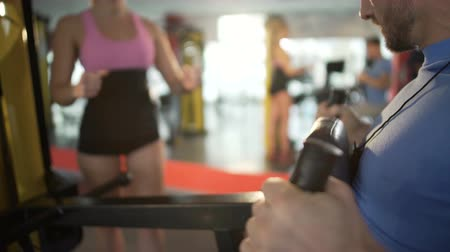 разорвал : Female coach encouraging male client to exercise and shape up in the gym