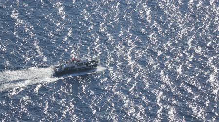 моторная лодка : Motorboat sailing across harbor, carrying poachers to fishing spot in deep sea