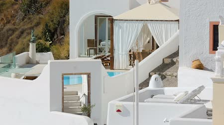 УВР : Traditional whitewashed architecture of Santorini decorated with ancient pottery