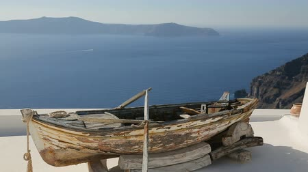takımadalar : Old boat on roof of house in Oia town, sightseeing tour around Santorini island Stok Video