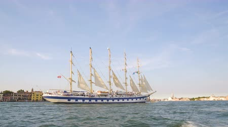 yat yarışı : Beautiful schooner ship sailing along seaside city, tourist transportation