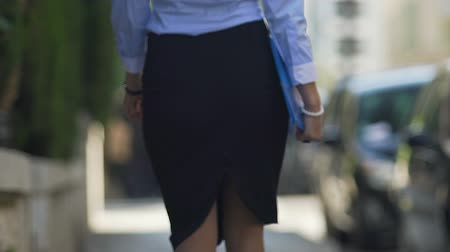 representante : Business woman hurrying to business meeting with clients carrying documents Vídeos