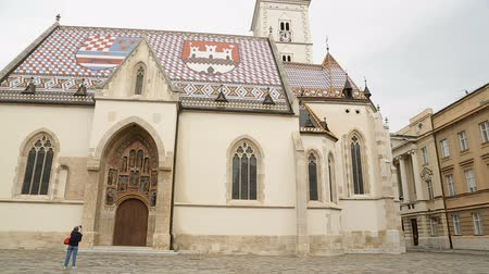 romanesk : Ancient architecture of beautiful Saint Marks church in Zagreb, panorama Stok Video