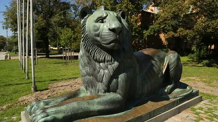 comemoração : Big statue of lying lion on street in city, depiction of animals, symbolism