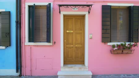 burano : Panoramic view on cozy pink house in Burano, doll-like building in Venice Stock Footage