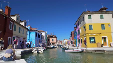 Венеция : People walking in Burano, cool view on multicolored houses and Venice canal Стоковые видеозаписи