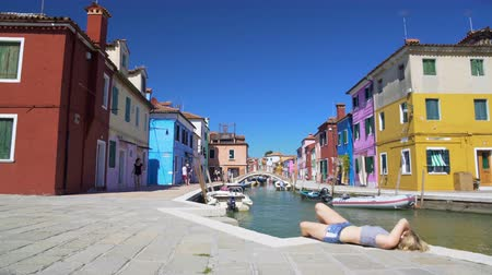 солнечные ванны : Vacation in wonderful Burano, view on canal and colored houses, tourism