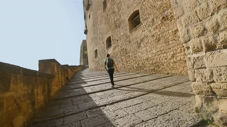 neapol : Male tourist climbing the stairs to Castel dellOvo in Naples, sightseeing