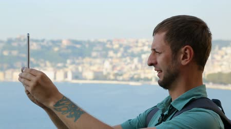 neapol : Man filming 360 degree video on smartphone, beautiful view on Naples, tour