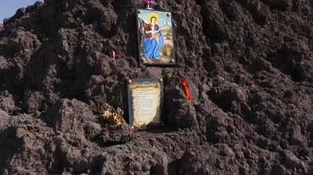 comemoração : Picture of Virgin Mary with baby Jesus and prayer at summit of volcano Vesuvius