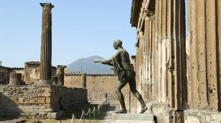 божество : Full-height statue of Apollo standing near Temple of Apollo in Pompeii, sequence