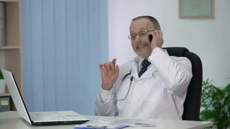 опытный : Experienced physician discussing his treatment methods and approaches by phone