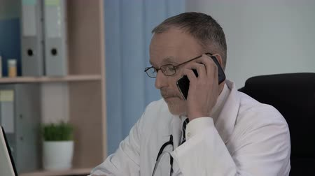 diagnostikovat : General practitioner calling laboratory to ask whether test results are ready