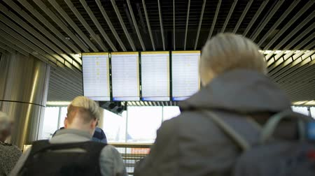 časová prodleva : Airport passengers looking at departure board and waiting for airplane, terminal