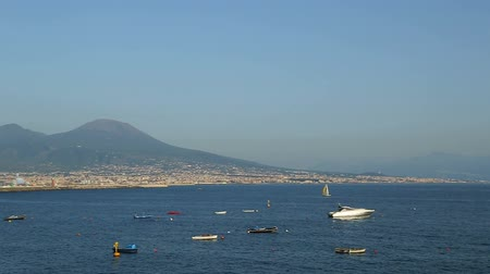 neapol : Boats floating in Bay of Naples, beautiful landscape of Mount Vesuvius, Italy