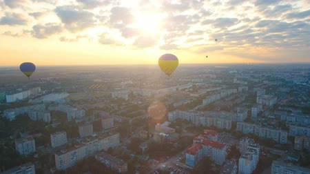 dirigível : Air balloons flying over city against setting sun, evening flight, championship