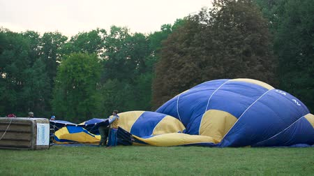 koperta : Professionals preparing hot air balloon to lifting into sky, recreational sports Wideo