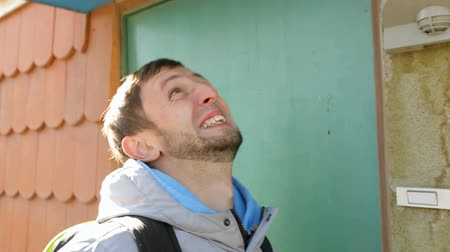уборная : Man waiting in line for public toilet and fooling his face from exhaustion Стоковые видеозаписи