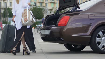 důležitý : Trunk of expensive car opening, man putting females suitcase, hotel transfer