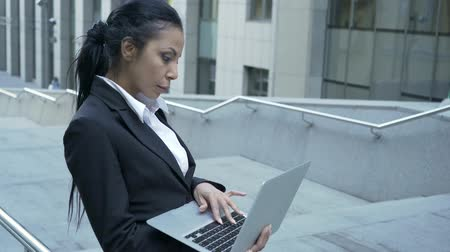 revisão : Businesswoman standing outside business center, working with laptop, information Vídeos