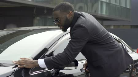 prawo jazdy : Quick-tempered man noticing little scratch on his new car and getting furious