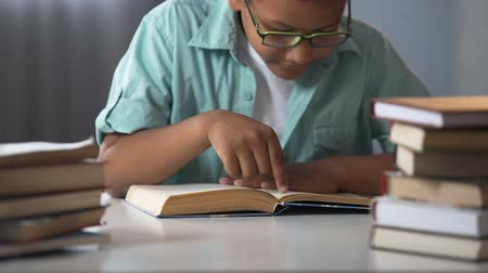 erudite : Smart Afro-American boy reading books, bookworm kid, little nerd, education Stock Footage
