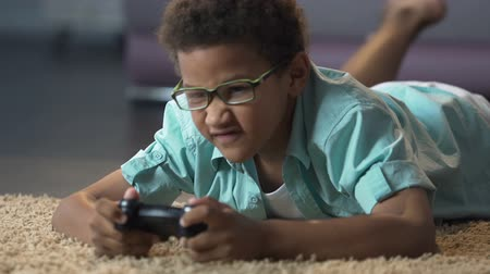concentrando : Child emotionally stressed playing active game on console, harm to health
