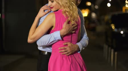 desejo : Gentleman tightly hugging his shapely lady, burning with desire and love to her
