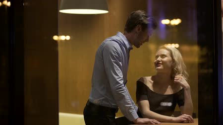 seduzir : Man flirting with gorgeous blond woman at restaurant in the evening, pick -up