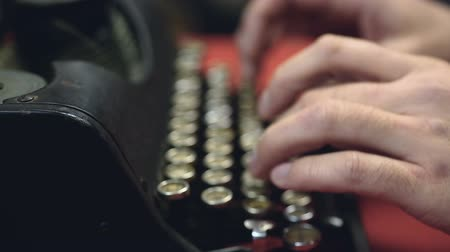 tipo baskı : Hands typing on antique typewriter, closeup, vintage typescript collection