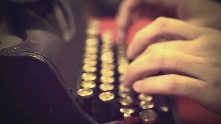 tipo baskı : Typist pressing buttons on vintage typewriter machine, retro video archives