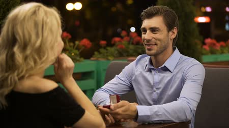casar : Lady accepting proposal to marry beloved man, romantic date, important decision Stock Footage