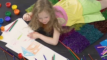 yetenekli : Little creative girl working on colorful pencil drawing, young talented artist