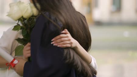 absolwent : Happy girl coming to congratulate her best friend on university graduation Wideo