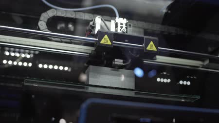 робот : 3d printing of detail, manufacturing process, robotics replaces human labor