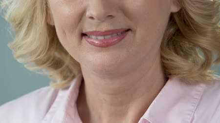 protetyka : Healthy white teeth of middle-aged woman posing before camera, stomatology