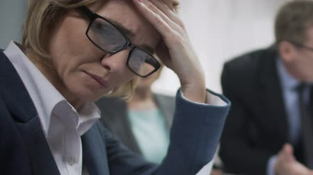 etyka : Female office worker upset at conference, feels headache, boss angry about fail Wideo